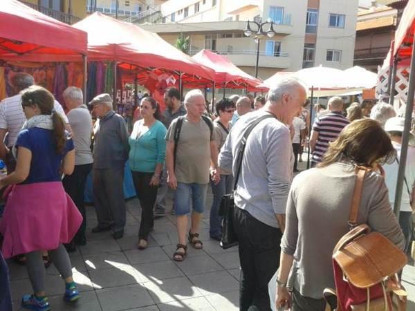 El mercadillo de la plaza de Europa congregaba a miles de personas todos los domingos del mes. | DA