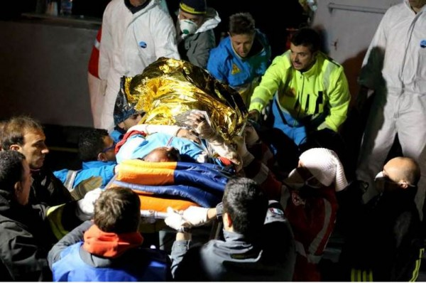 Los servicios de rescate italianos trasladan con urgencia a una persona herida y con los brazos vendados desde una embarcación de salvamento en Lampedusa. | ACNUR / F. Malavolta
