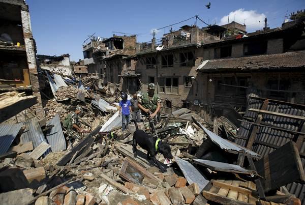 Personal de emergencias intentando rescatar a algún superviviente del terremoto de Nepal. | REUTERS