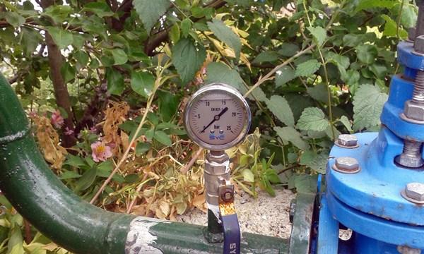 El indicador de presión que demuestra que no llega el agua necesaria al depósito de Las Llanadas. / DA