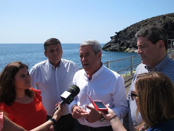 Mari Brito, Domingo Ramos, Aurelio Abreu y José Gumersindo García, ayer durante la visita. / DA