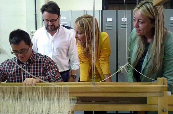 La candidata visitó la Destiladera con María de Haro y Asier Antona. / DA