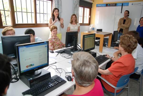 Alicia Álvarez, durante su visita al taller de informática desarrollado en el colegio de La Salle. | DA