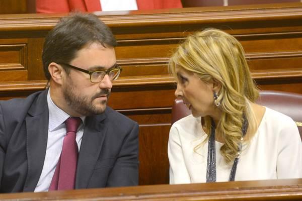 Asier Antona, con la candidata del PP a la presidencia del Gobierno canario, Australia Navarro. | SERGIO MÉNDEZ