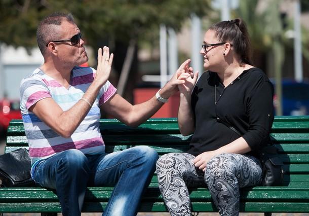 Candy y Teo mantienen una conversación con el lenguaje de signos a través de sus manos . / F.P.