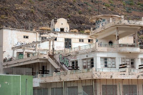 Las instalaciones del Balneario llevan casi 30 años abandonadas, con el consiguiente deterioro del inmueble, que ha obligado a apuntalarlo.   F. P.