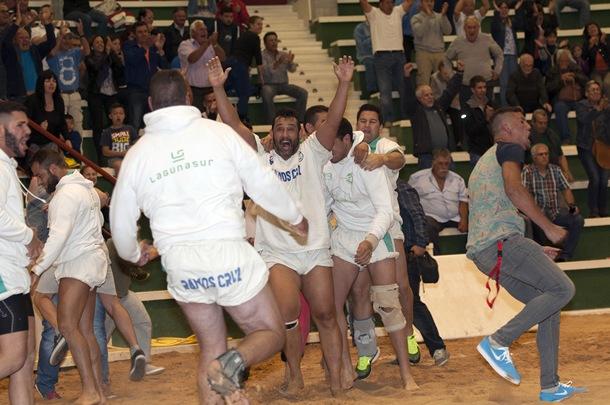 Los luchadores de El Escobonal festejan la importante victoria ante el Llano del Moro. | DONELIA PÉREZ
