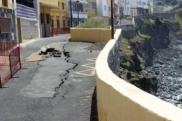 La grieta de la calle de Tegueste, en Punta Brava, crece a un ritmo importante según los técnicos. / SOFÍA CABRERA