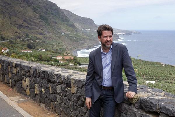 Alonso, durante su visita a la costa de Los Realejos. / DA