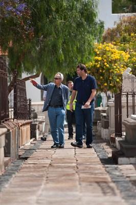 José Ángel Martín y Germán Delgado, durante su visita al cementerio para ver el estado de la obra. / FRAN PALLERO