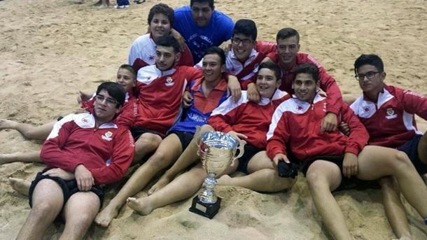 Luchadores y técnico del Chimisay de Arafo con el trofeo de campeón de cadetes. | DA