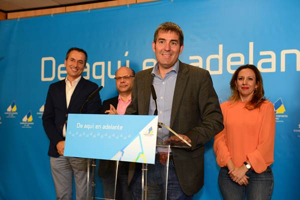 El candidato de CC a la presidencia del Gobierno de Canarias, Fernando Clavijo, comparece en la noche electoral tras saberse ganador. | SERGIO MÉNDEZ