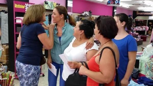 Cristina Tavío, ayer, durante una visita a los comercios de la avenida de Venezuela.   DA