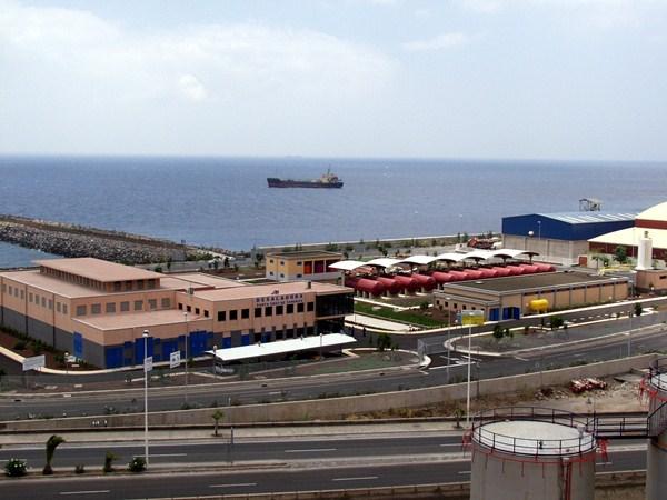 La desaladora ocupa casi 20.000 metros cuadrados dentro del recinto portuario santacrucero. / L. L.