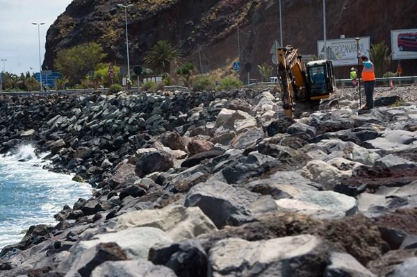 La maquinaria se colocaba ayer sobre la escollera del frente de San Andrés, desde donde se iniciará la construcción del contradique. / FRAN PALLERO