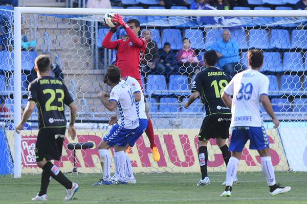 El portero insular atrapa un balón en el encuentro frente al Llagostera. | SERGIO MÉNDEZ