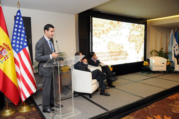 El delegado especial de la Zona Franca, Gustavo González, durante la charla en Panamá.  / DA