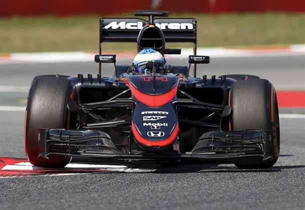 Fernando Alonso (McLaren) estrena nuevos colores en Barcelona.   REUTERS