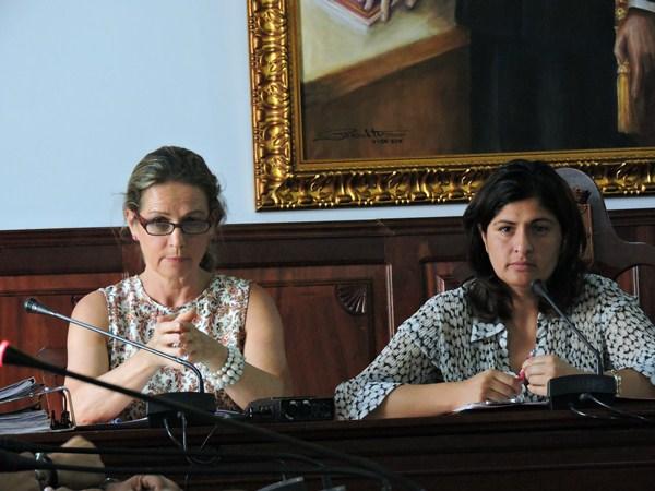 La secretaria, Marisa Santos, y la alcaldesa, Carmen Luisa Castro, ayer, durante la sesión plenaria. / NORCHI