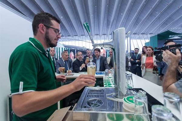 Imagen de GastroCanarias con los políticos tomando una cerveza. | EP