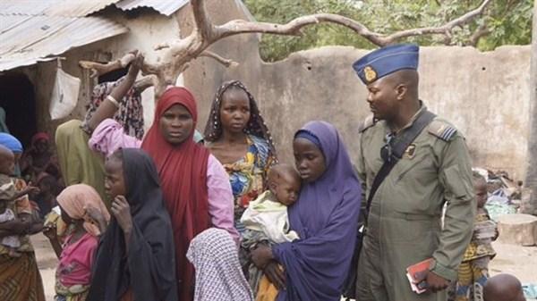 """""""Fui secuestrada hace seis meses en Delsak cuando nuestra aldea fue tomada por Boko Haram. Primero pasé un tiempo en un bosque cerca de Camerún, donde me convirtieron en una máquina sexual. Hacían turnos para acostarse conmigo. Ahora estoy embarazada y no puedo identificar al padre"""", ha relatado al diario nigeriano, con lágrimas en los ojos. / REUTERS"""