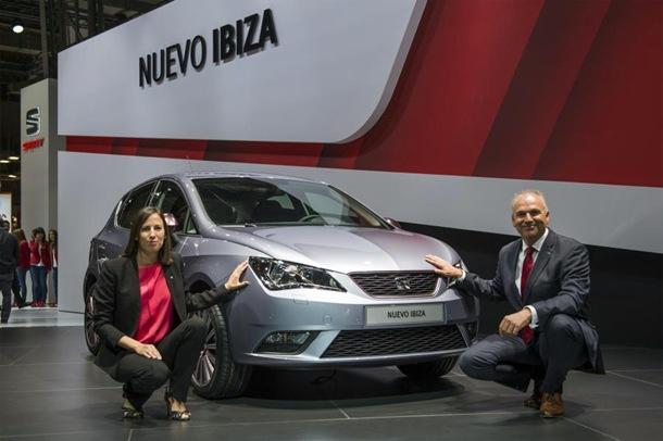 Jürgen Stackmann, presidente ejecutivo de SEAT y Leyre Olavarría, responsable de conectividad e infotainment del Centro Técnico de SEAT, junto al nuevo SEAT Ibiza 2015. | DA