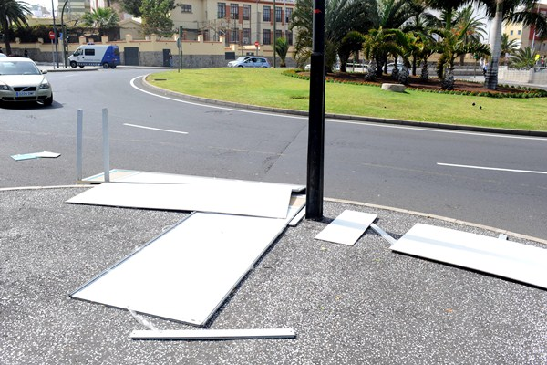 Carteles electorales por los suelos, en 2011. / SERGIO MÉNDEZ