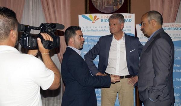 José Real, junto al alcalde orotavense, Francisco Linares, y el presidente del Liceo Taoro, Fermín García. / DA