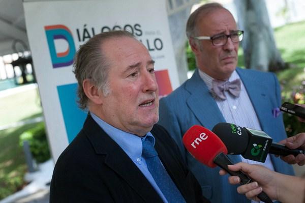 José María Gay de Liébana y Lorenzo Bernaldo de Quirós, antes de comenzar el encuentro.  / FRAN PALLERO