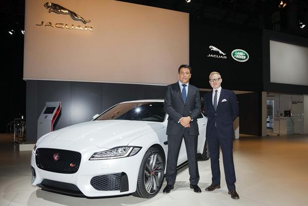 Adam Hatton, Director Creativo de Diseño Exterior de Jaguar y Luis Antonio Ruiz, Presidente y Consejero Delegado de Jaguar Land Rover. | DA