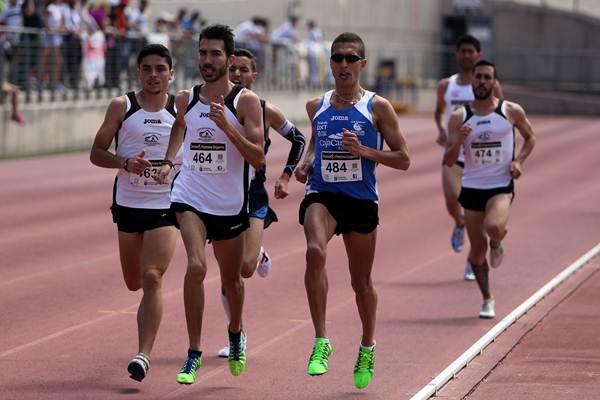 Jonay González, rodeado por los atletas del Puerto Cruz-Realejos.   DA