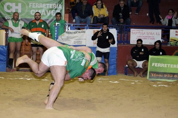 Una luchada anterior entre los puntales Miguel Pérez y Fabián Rocha. / DA