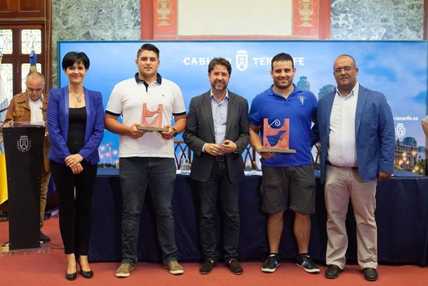 Tegueste y Victoria con sus galardones de Campeón y Subcampeón de la Liga Cabildo de Tenerife Primera Categoría