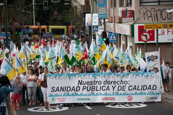 Representantes de todos los sindicatos del sector sanitario isleño se dieron cita en la protesta, que transcurrió sin incidentes por las calles de la capital tinerfeña. / FRAN PALLERO