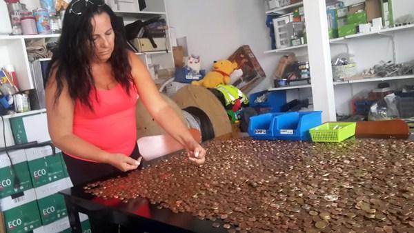 Una voluntaria contando y clasificando monedas. / DA