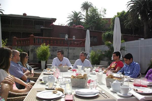 Manuel Domínguez, durante el encuentro mantenido con usuarios de las redes sociales.   DA