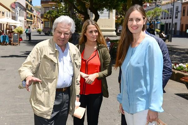 Javier Nart, junto a la candidata a presidir el Gobierno canario, Melisa Rodríguez, ayer, en La Laguna. / S. MÉNDEZ