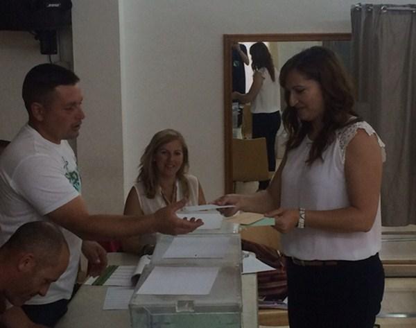 Nazaret Díaz, durante la votación del domingo en una mesa de Araya, de las dos donde ganó CC. / DA