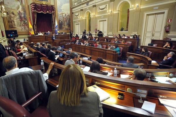 El salón de plenos del Parlamento de Canarias puede tener más grupos la próxima legislatura . / FRAN PALLERO