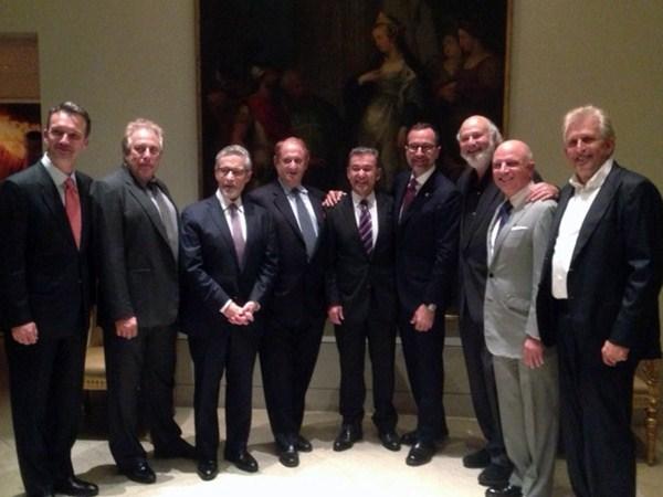 Rivero, en EE.UU., con el embajador de ese país en España y representantes de productoras de cine. / DA
