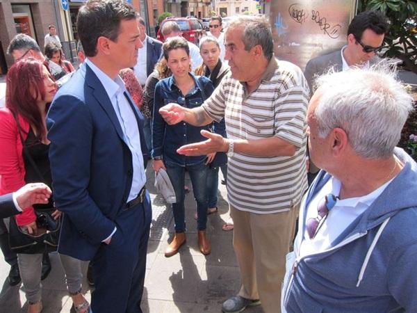 Algunos transeuntes se acercaron a Sánchez para plantearle sus problemas, principalmente en vivienda y creación de empleo. / EP