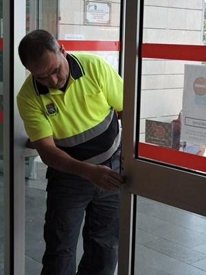 Un operario procede al cambio de cerradura. / NORCHI