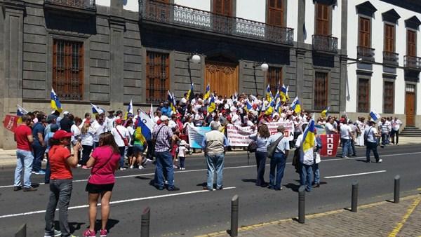 Concentración sindical ante la Subdelegación del Gobierno en el Primero de Mayo. / DA