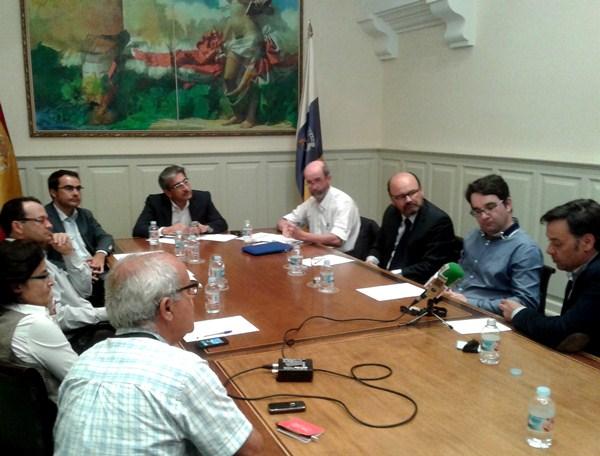 Román Rodríguez y Santiago Pérez, junto a representantes de la patronal y plataformas de renovables. /  DA