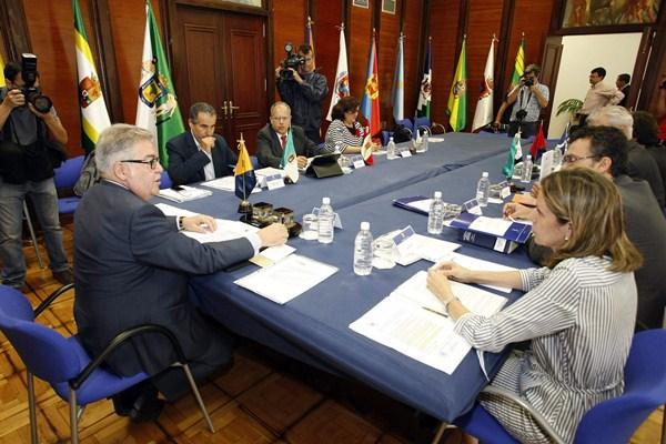 Una de las reuniones de los presidentes de cabildos en la Fecai. / DA