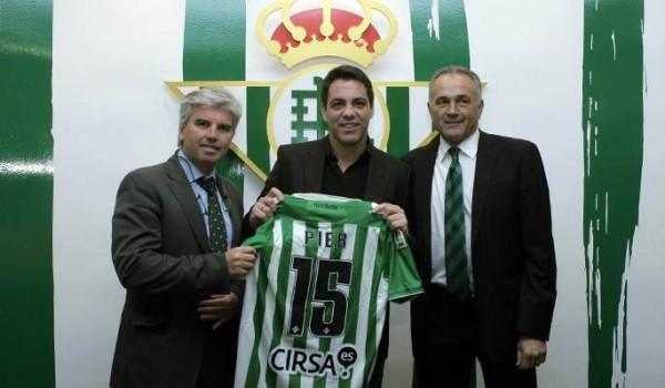 Pier (c), posando con la camiseta que lució en su etapa como jugador del Betis. / MANQUEPIERDA.COM