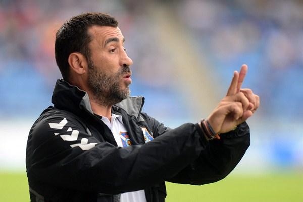 El técnico tinerfeñista da instrucciones a los suyos durante el partido frente al Lugo. / SERGIO MÉNDEZ