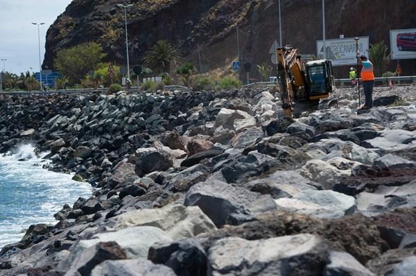 Las obras en el mar del dique de San Andrés comenzaron el pasado 5 de mayo. / FRAN PALLERO