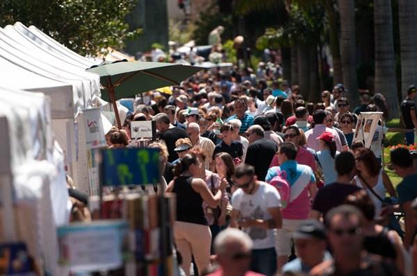 Miles de santacruceros y de visitantes disfrutaron de la festividad de la capital tinerfeña y de un día espléndido. / FRAN PALLERO