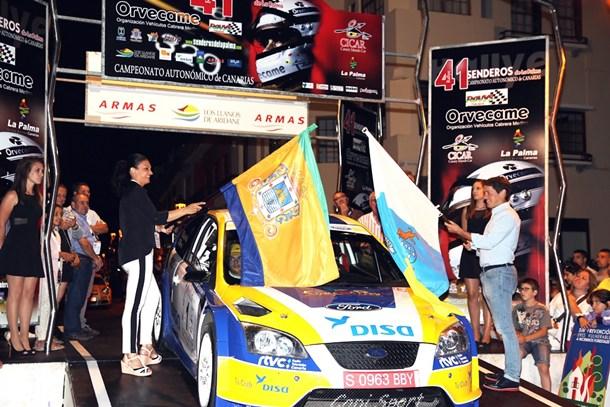 Susa Armas y Mariano Hernández dan la salida a Fernando Capdevilla en el Rally Senderos 2014. | DA